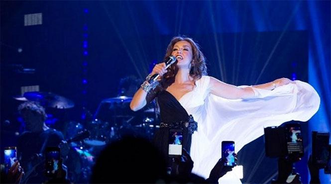 Thalía humilla a un fan y lo baja del escenario