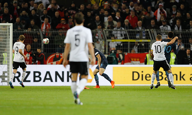 Podolski marca una 'joya de gol' en su despedida con Alemania