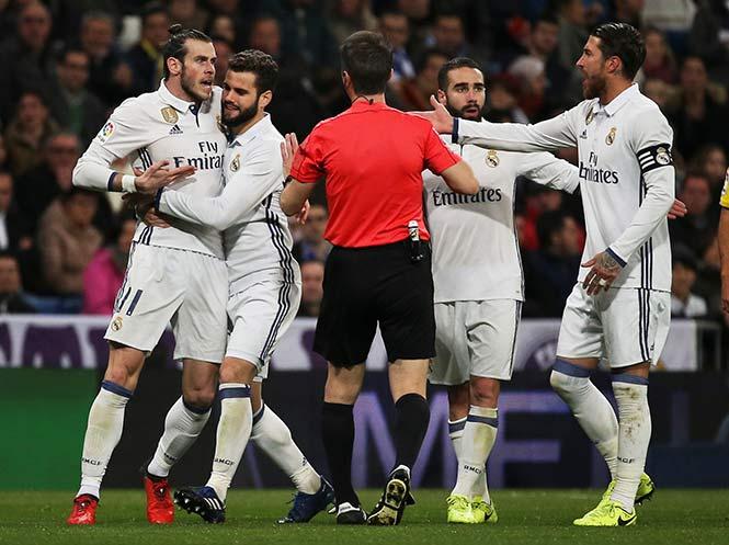 Real Madrid sufre y deja el liderato