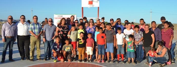 Entrega Karina García canchas multifuncionales en dos comunidades de la costa
