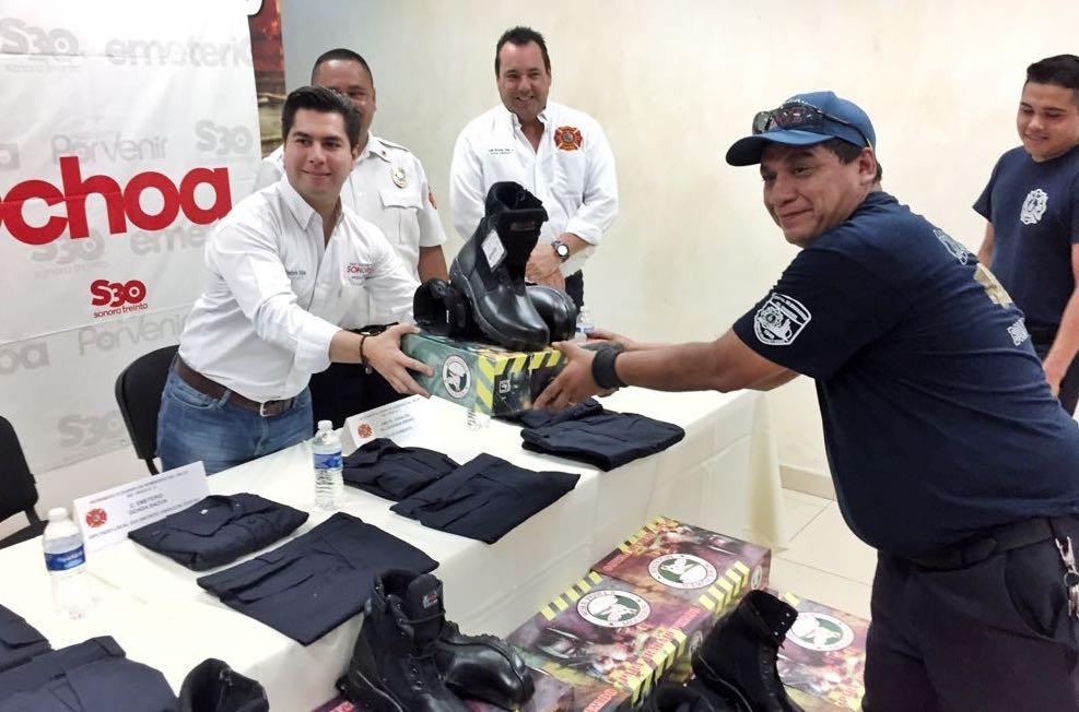 Entrega el diputado Emeterio Ochoa uniformes y calzado especial a bomberos de Cajeme