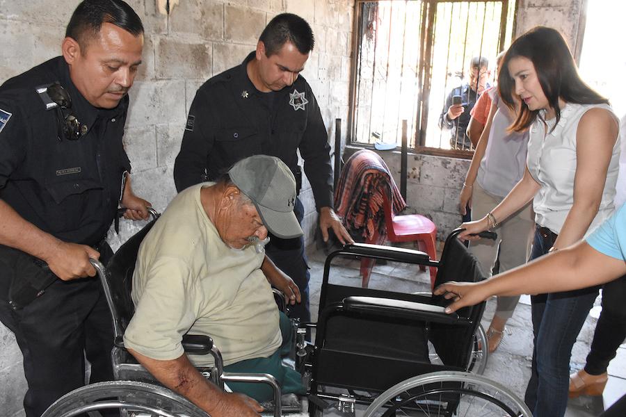 Lleva DIF Cajeme silla de ruedas y otros apoyos a adulto mayor víctima de incendio