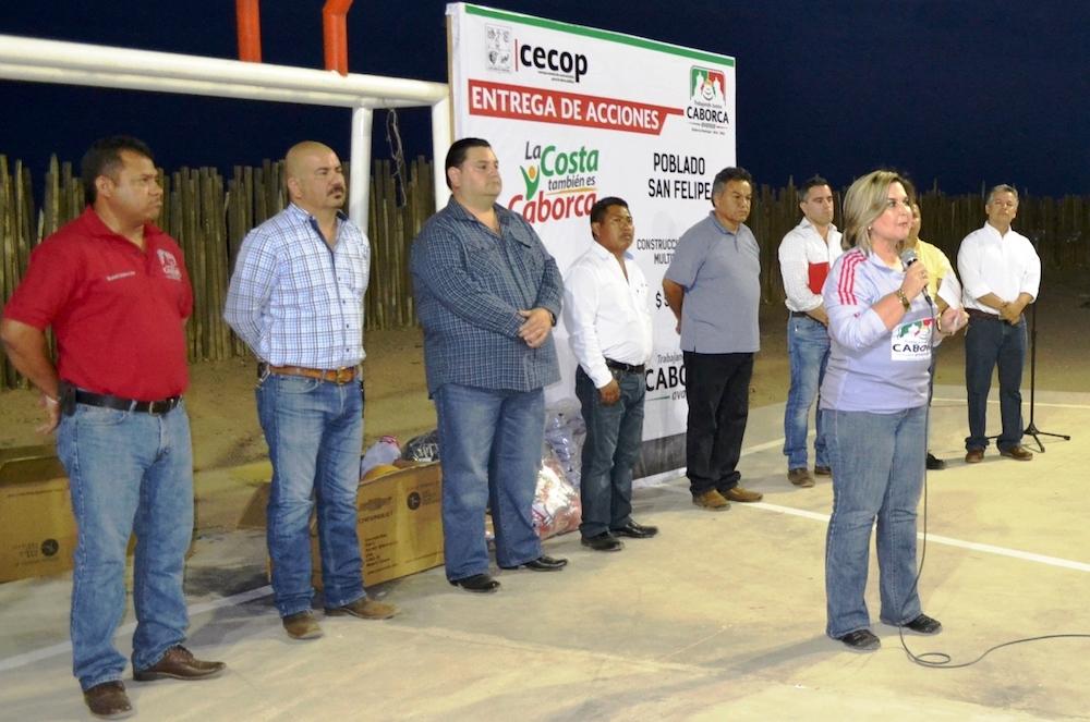 Entrega Karina García cancha multifuncional y uniformes deportivos en el poblado de San Felipe