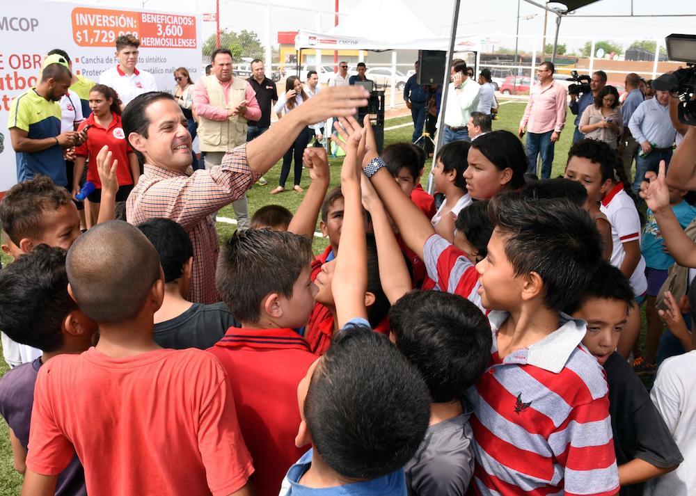 Estrenan niños de La Cholla cancha de fútbol