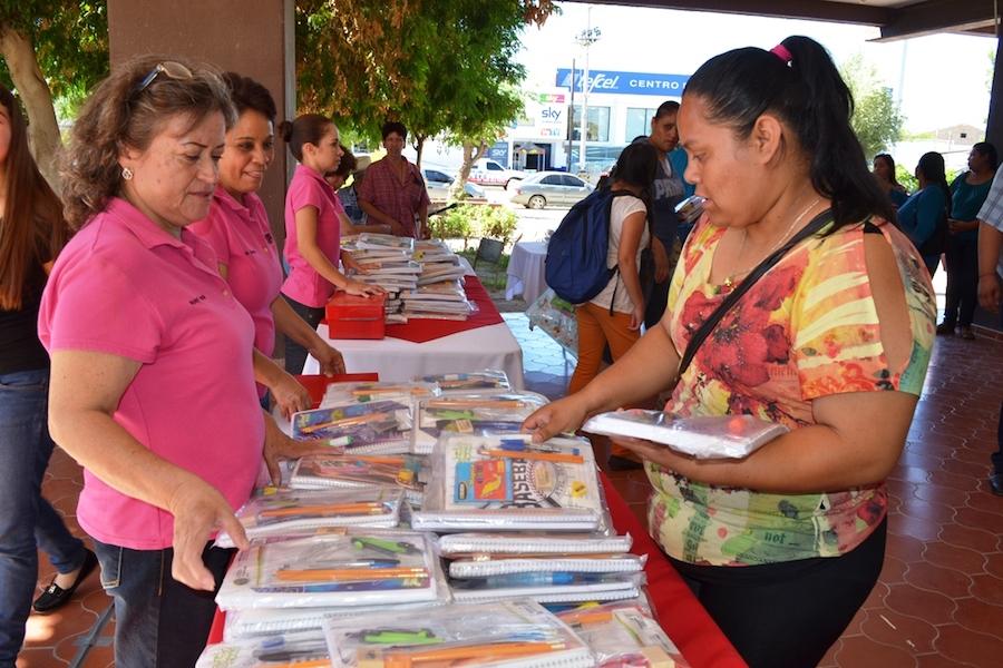Apoya Gobierno de Caborca a familias de escasos recursos con venta de útiles escolares