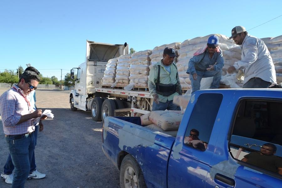 Entrega Gobierno Municipal de Caborca sexto trailer de cemento