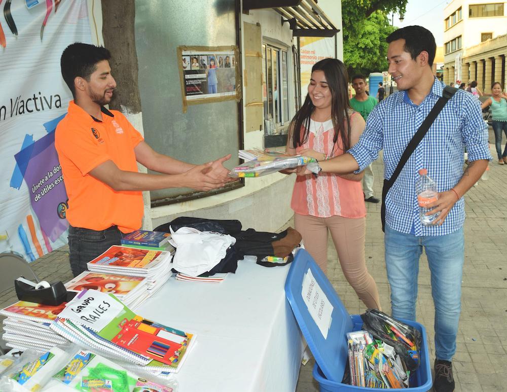 Donan hermosillenses útiles escolares en Víactiva
