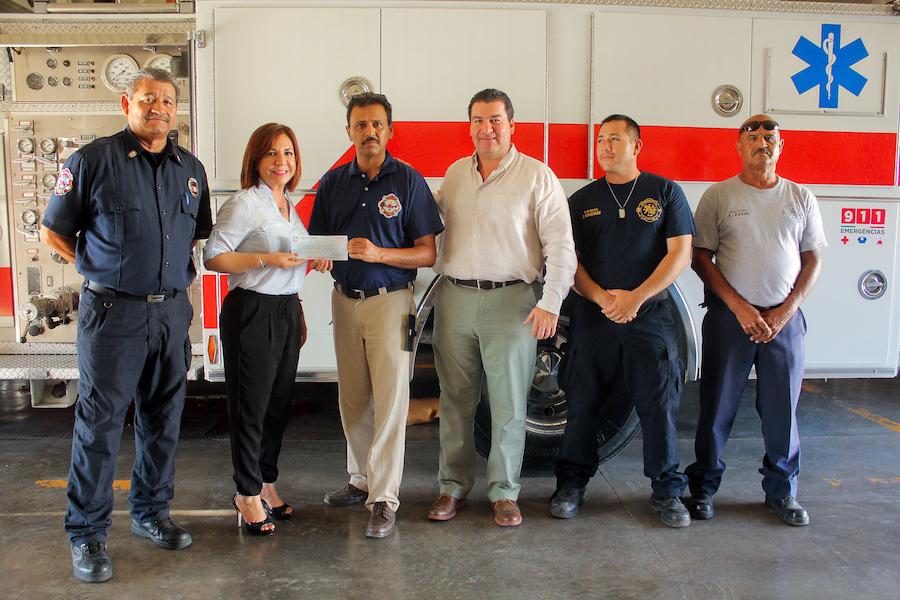 Colabora Ángelica Payán con bomberos de Guaymas