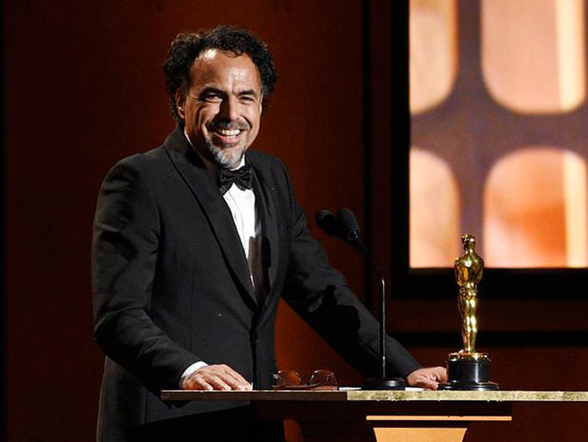 Un emocionado Iñárritu recibe el Oscar especial por 'Carne y arena'