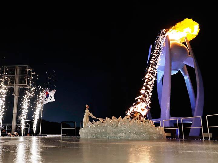 Se unen las dos Coreas para encender la llama olímpica