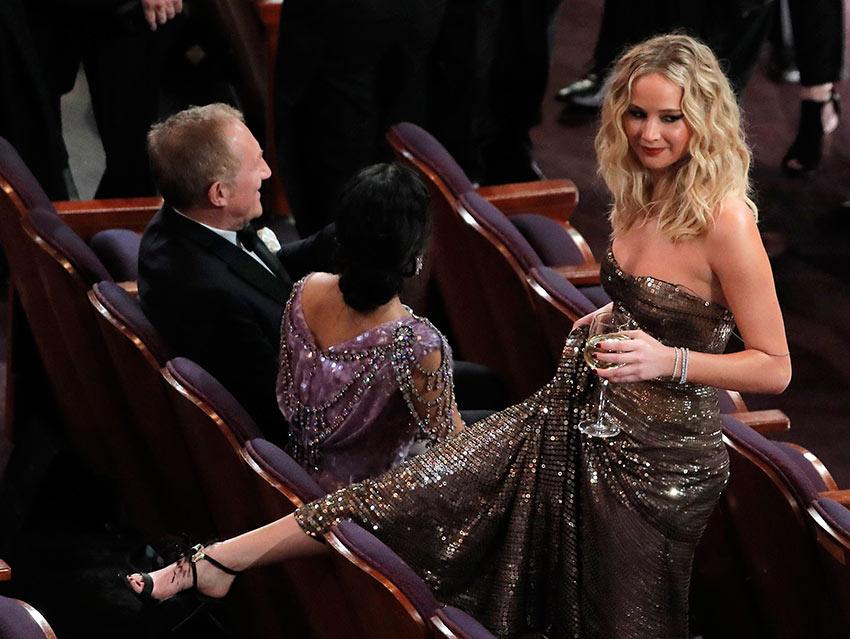 Jennifer Lawrence no suelta la copa durante la entrega del Oscar