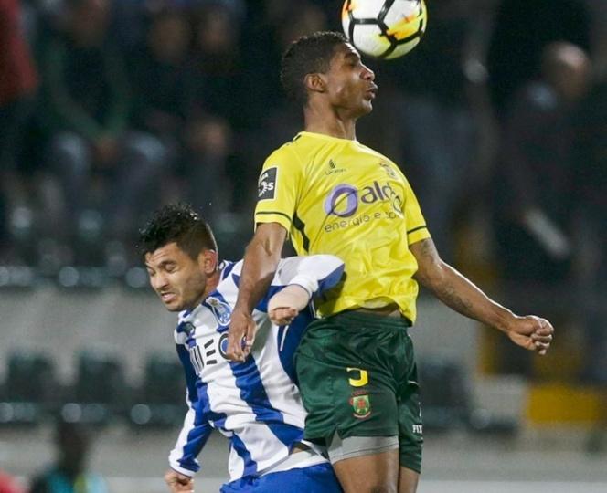 Porto, con 'Tecatito', cae y lo acecha el Benfica