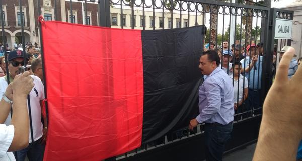 Colocan banderas rojinegras en Unison