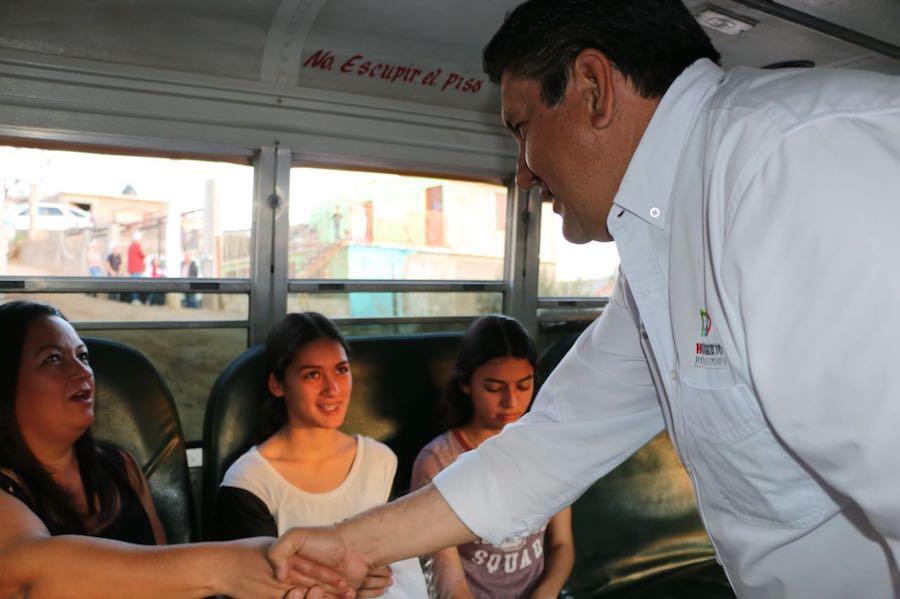 Robles Pompa recorre colonias en Nogales