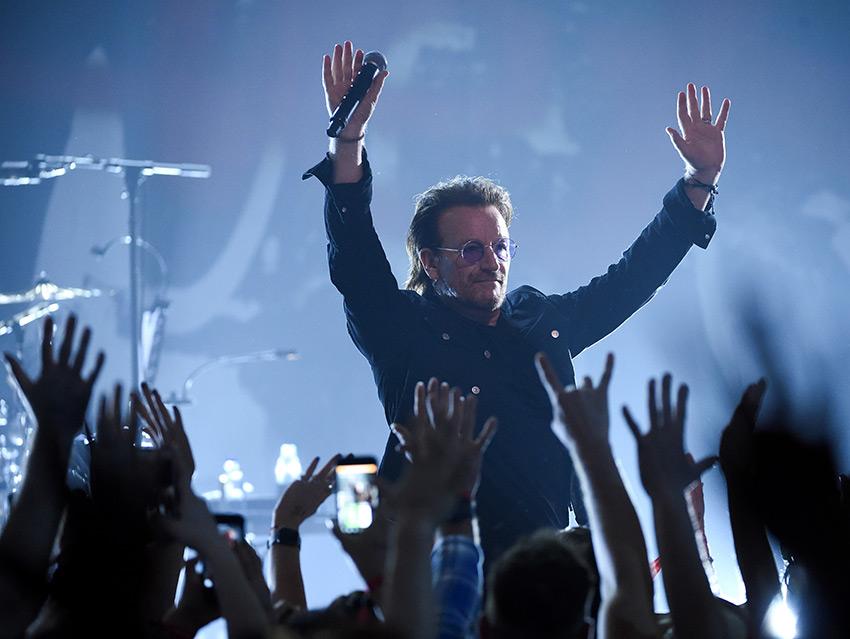 U2 dedica canción al chef Anthony Bourdain en el Apollo