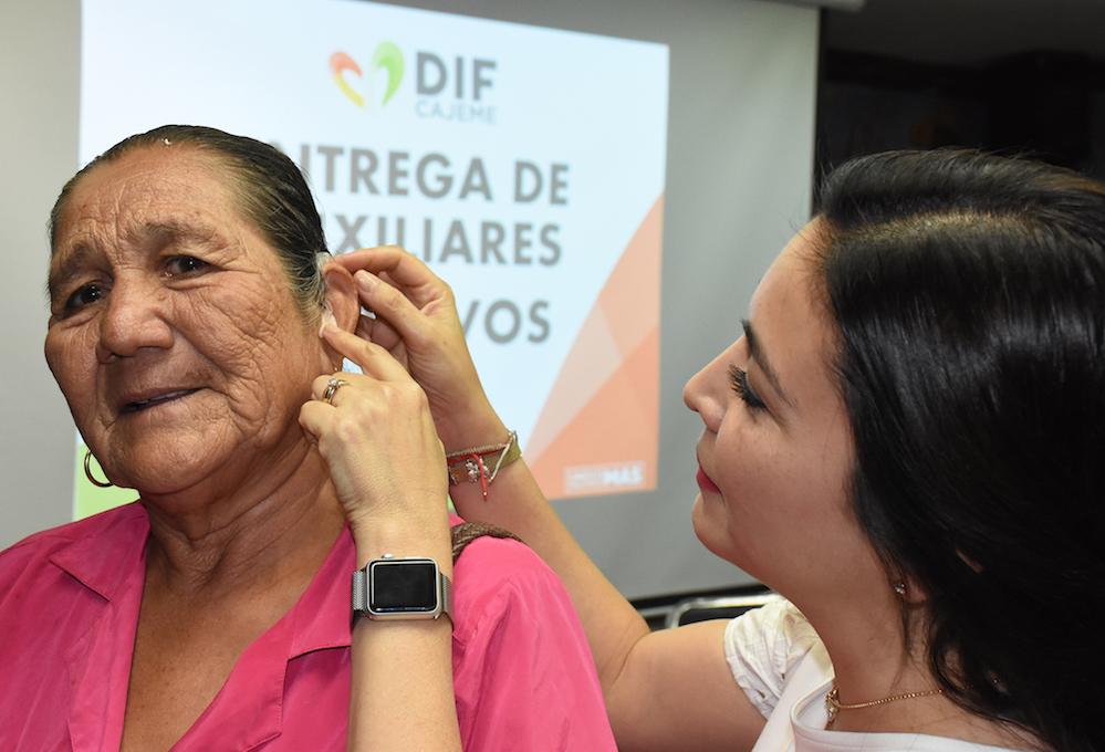 Brinda DIF Cajeme aparatos auditivos a adultos mayores