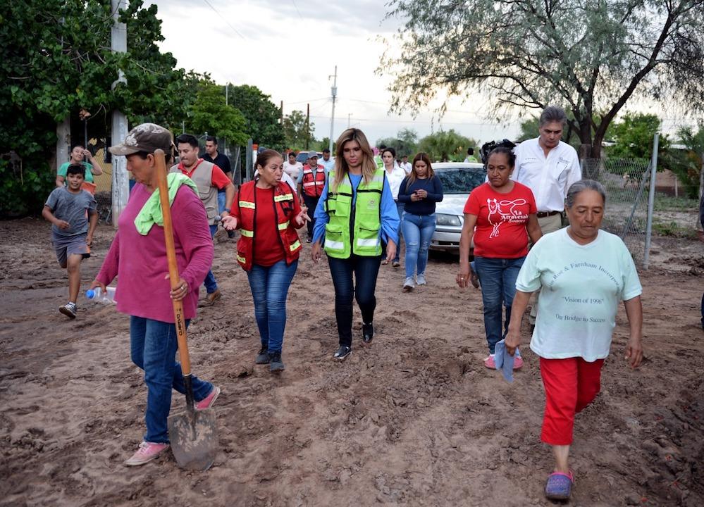 Recorre Gobernadora Pavlovich zonas afectadas por lluvias en La Atravesada