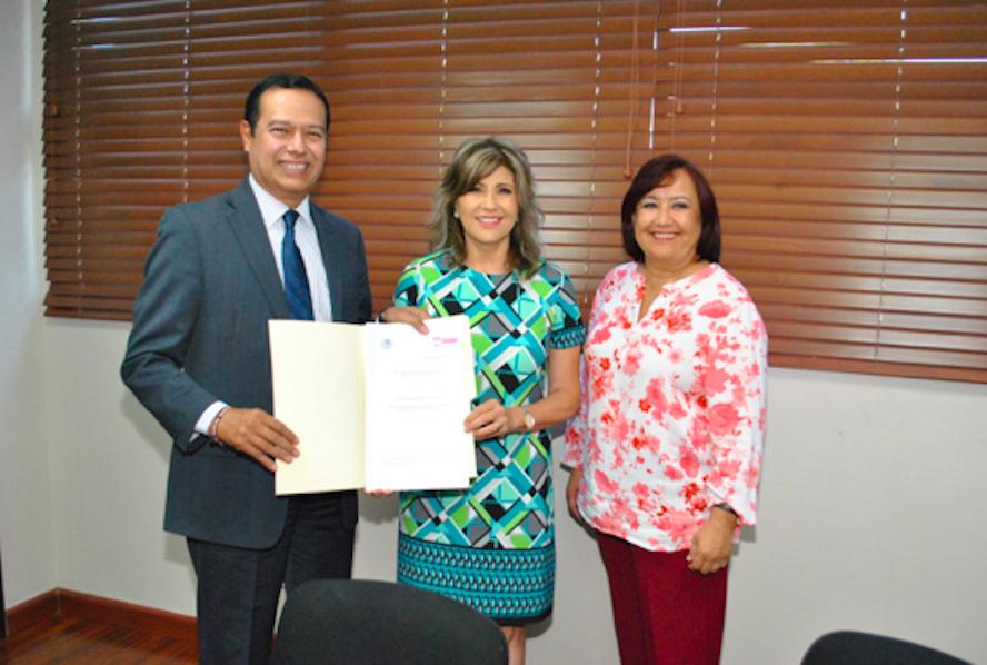 Recibe rector ITH titulo de propiedad de manos de la Presidenta Municipal
