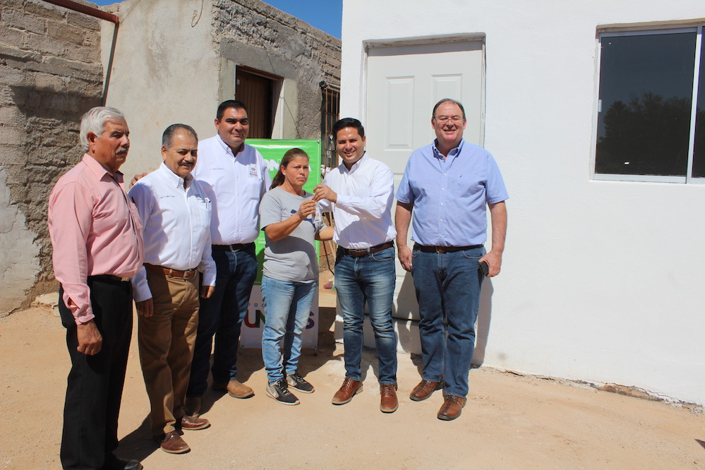 Entrega Sedesson acciones de vivienda a familias de Carbó