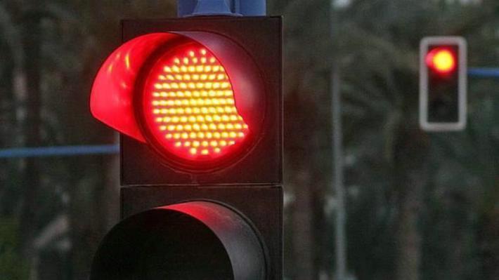 Se pasó semáforo en rojo, cuantiosos daños