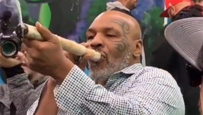 Mike Tyson fuma megachurro de mariguana