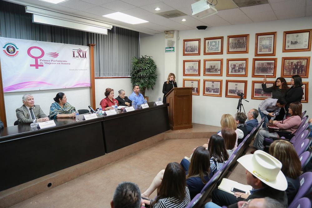 Recibe Comisión propuestas en el primer Parlamento de Mujeres