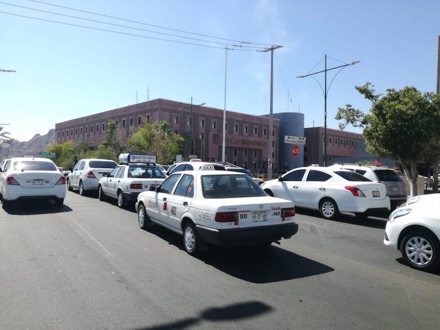 Retoman taxistas protestas en contra de plataformas digitales