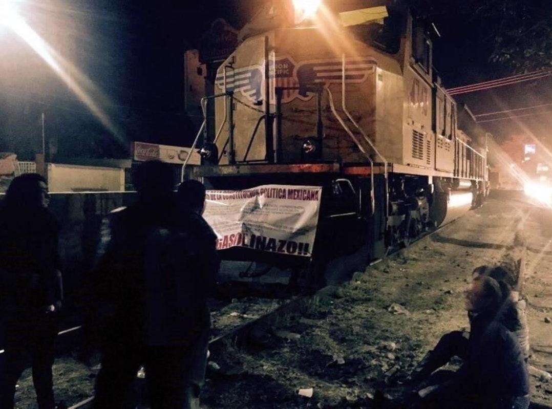 Bloquean vías del tren en Nogales por aumentos en tarifas de la CFE de hasta 2,500%