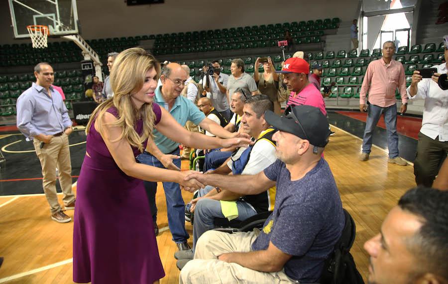 Entrega Gobernadora sillas de ruedas a jugadores de basquetbol sobre Silla de Ruedas