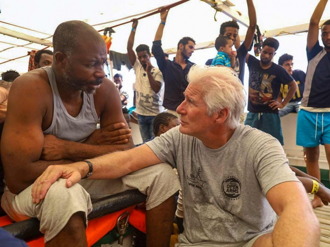 Richard Gere visita a migrantes y les lleva víveres