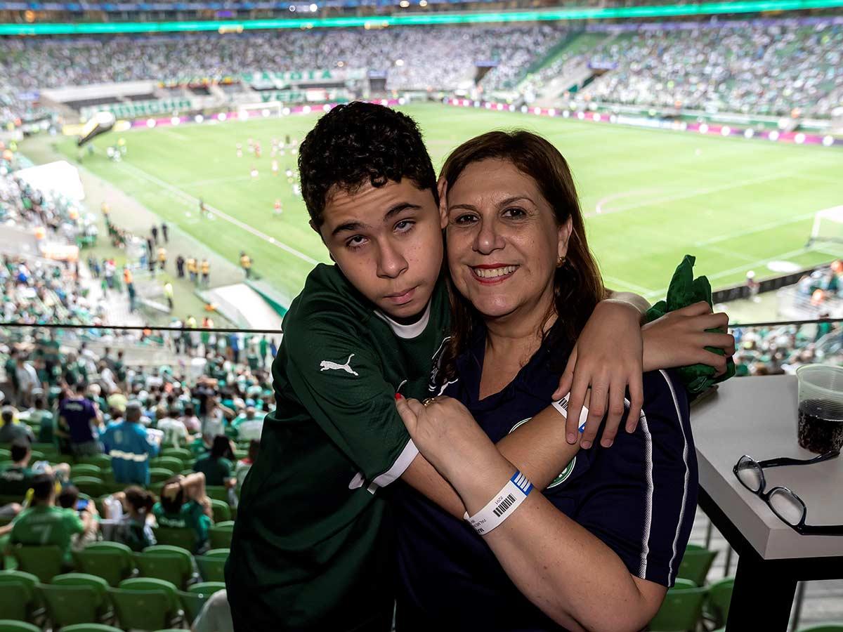 Una lección de supervivencia: mamá narra los partidos a su hijo