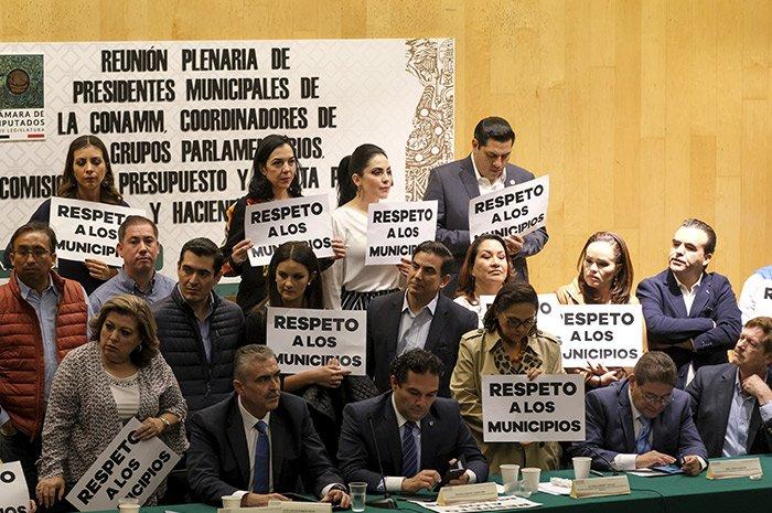 """Rebelión de ediles """"invitados"""" desata el caos en San Lázaro"""