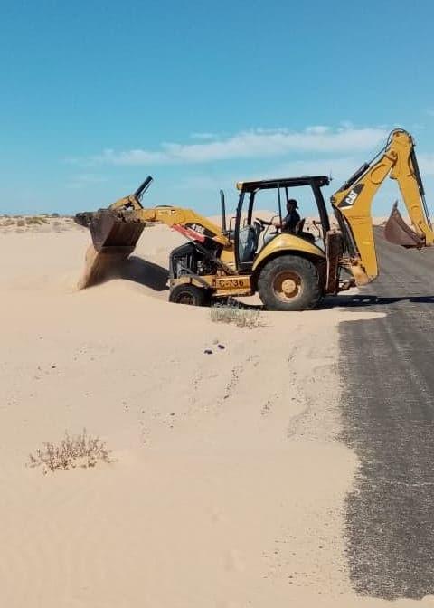 Continúa Junta de Caminos bacheo y retiro de arena en San Luis y Peñasco