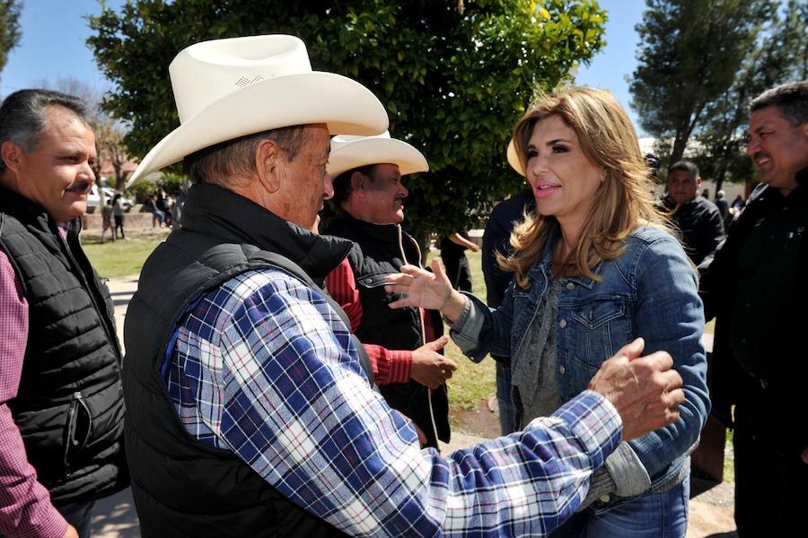 Entrega Gobernadora becas educativas y apoyos a familias del norte de Sonora