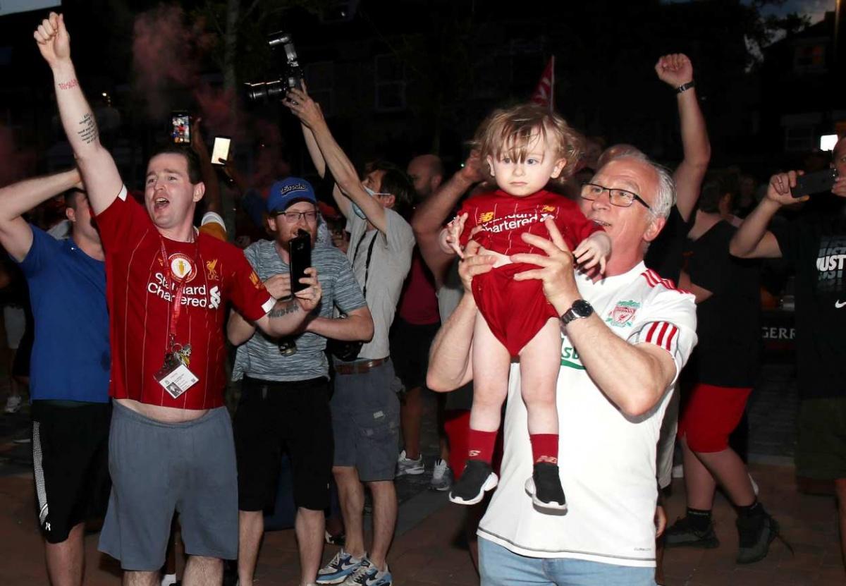 Aficionados del Liverpool celebran sin importar la sana distancia